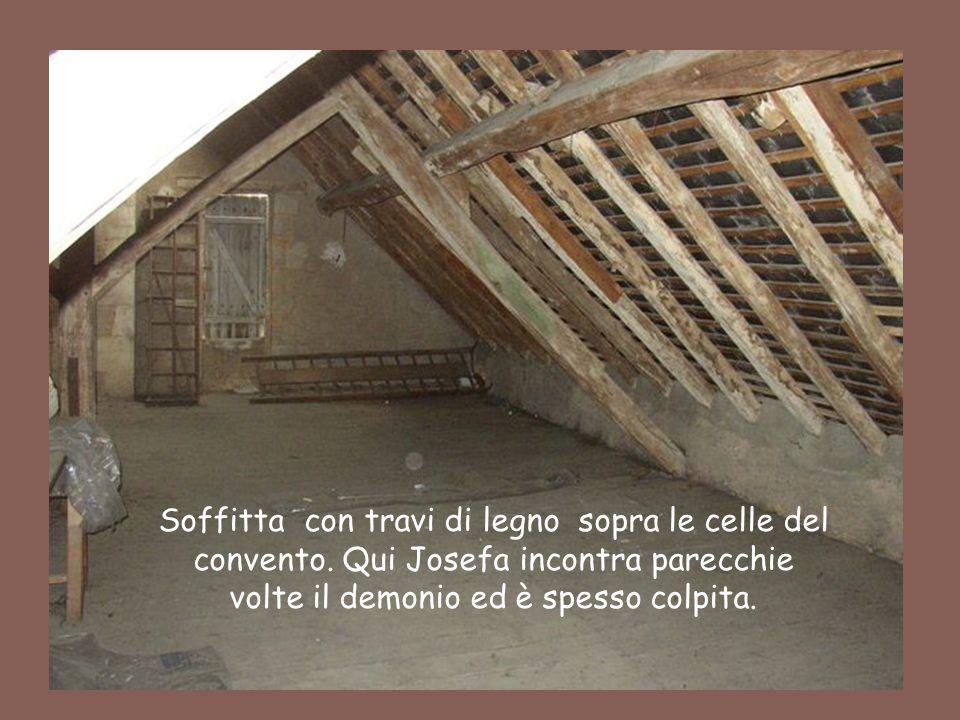 Soffitta con travi di legno sopra le celle del convento