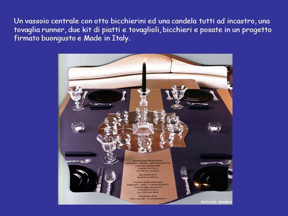 Un vassoio centrale con otto bicchierini ed una candela tutti ad incastro, una tovaglia runner, due kit di piatti e tovaglioli, bicchieri e posate in un progetto firmato buongusto e Made in Italy.