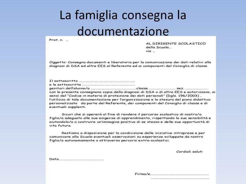 La famiglia consegna la documentazione