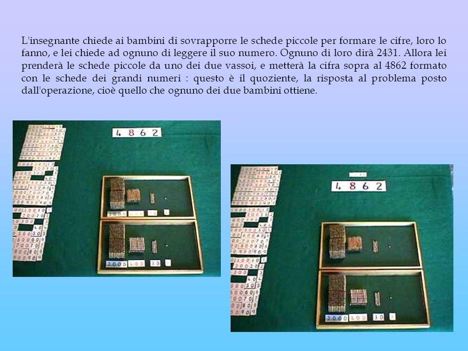L insegnante chiede ai bambini di sovrapporre le schede piccole per formare le cifre, loro lo fanno, e lei chiede ad ognuno di leggere il suo numero.