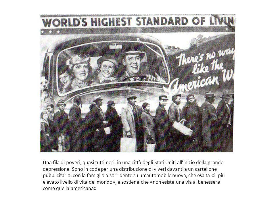 Una fila di poveri, quasi tutti neri, in una città degli Stati Uniti all'inizio della grande depressione.