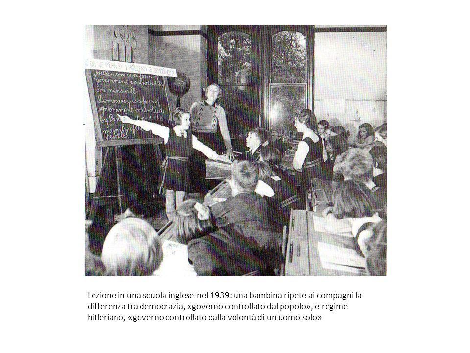 Lezione in una scuola inglese nel 1939: una bambina ripete ai compagni la differenza tra democrazia, «governo controllato dal popolo», e regime hitleriano, «governo controllato dalla volontà di un uomo solo»