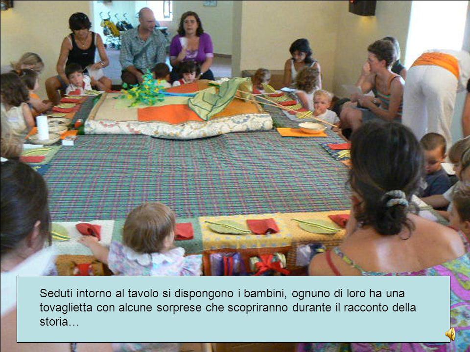 Attorno al tavolo si dispongono i bambini, ognuno di loro ha una tovaglietta con alcune sorprese che scopriranno durante il racconto della storia…
