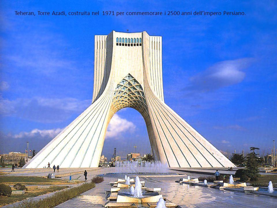 Teheran, Torre Azadi, costruita nel 1971 per commemorare i 2500 anni dell'impero Persiano.