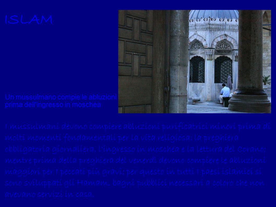 ISLAMUn mussulmano compie le abluzioni prima dell ingresso in moschea.