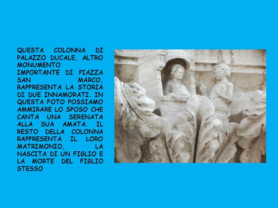 QUESTA COLONNA DI PALAZZO DUCALE, ALTRO MONUMENTO IMPORTANTE DI PIAZZA SAN MARCO, RAPPRESENTA LA STORIA DI DUE INNAMORATI.