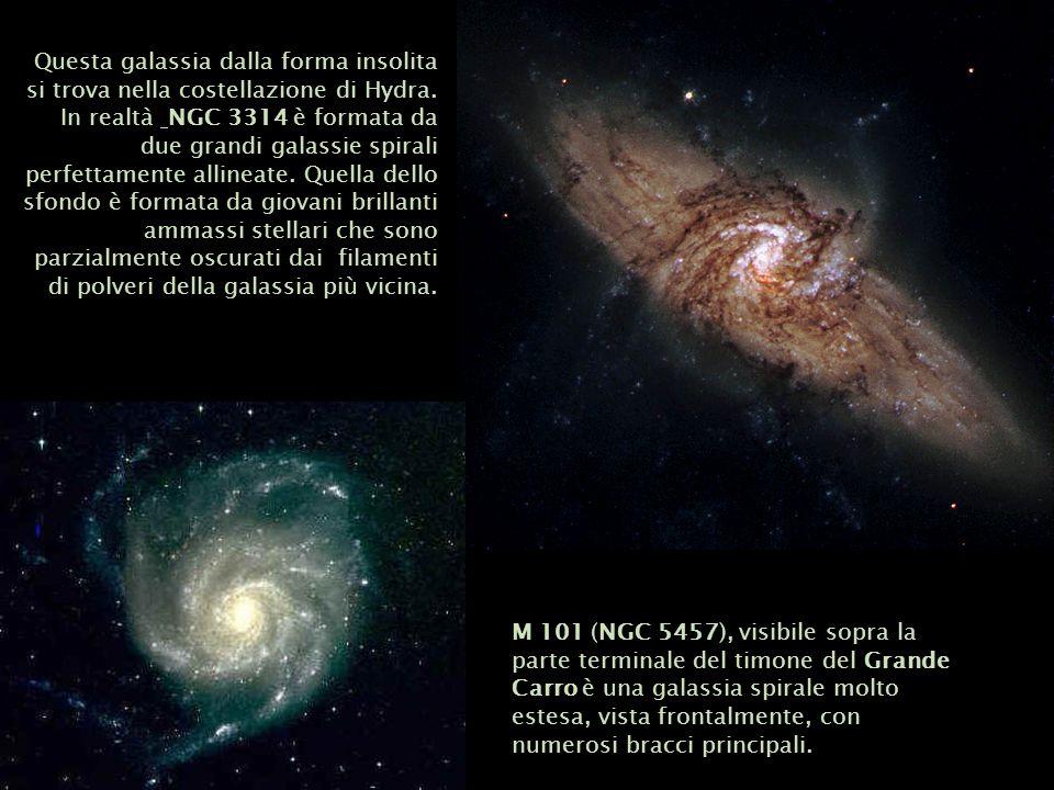Questa galassia dalla forma insolita si trova nella costellazione di Hydra. In realtà NGC 3314 è formata da due grandi galassie spirali perfettamente allineate. Quella dello sfondo è formata da giovani brillanti ammassi stellari che sono parzialmente oscurati dai filamenti di polveri della galassia più vicina.
