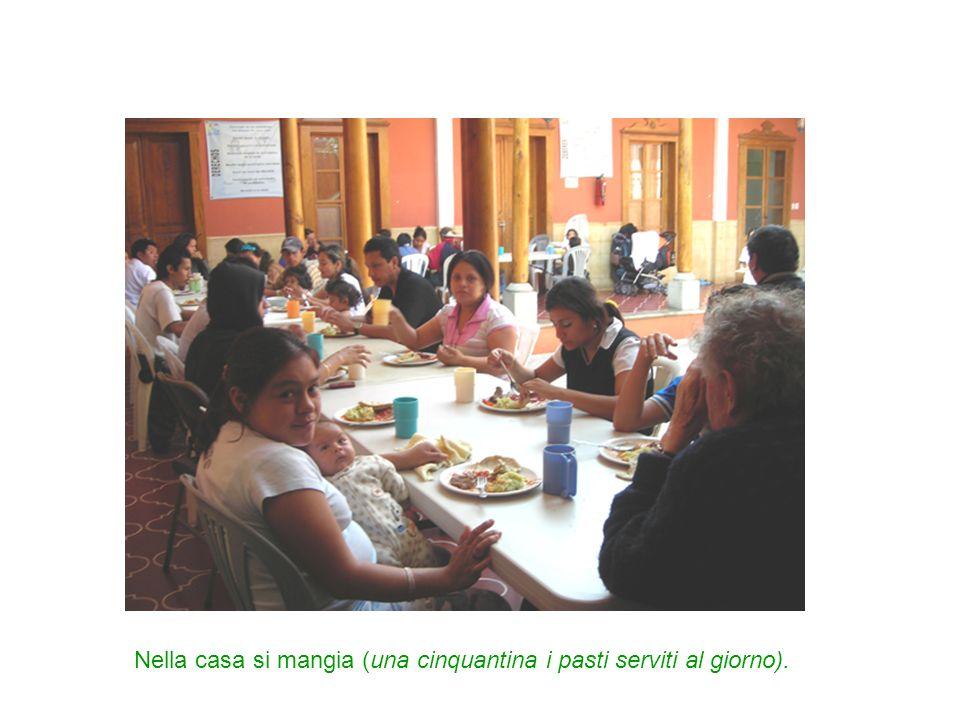 Nella casa si mangia (una cinquantina i pasti serviti al giorno).