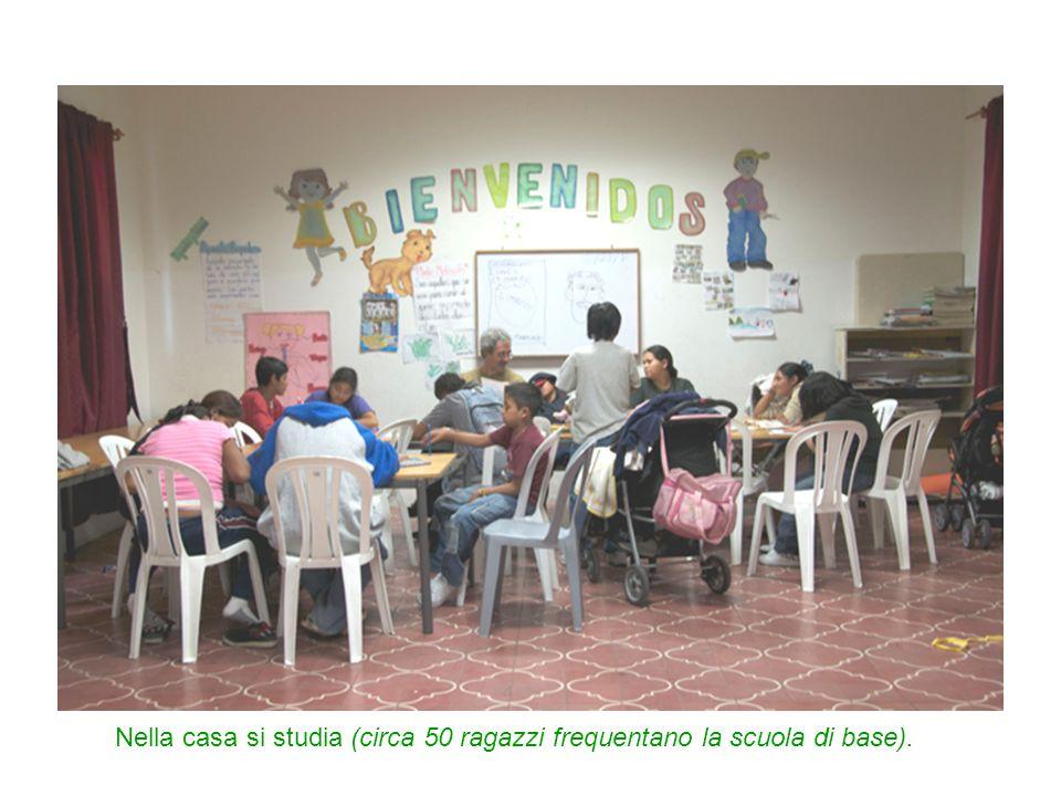 Nella casa si studia (circa 50 ragazzi frequentano la scuola di base).