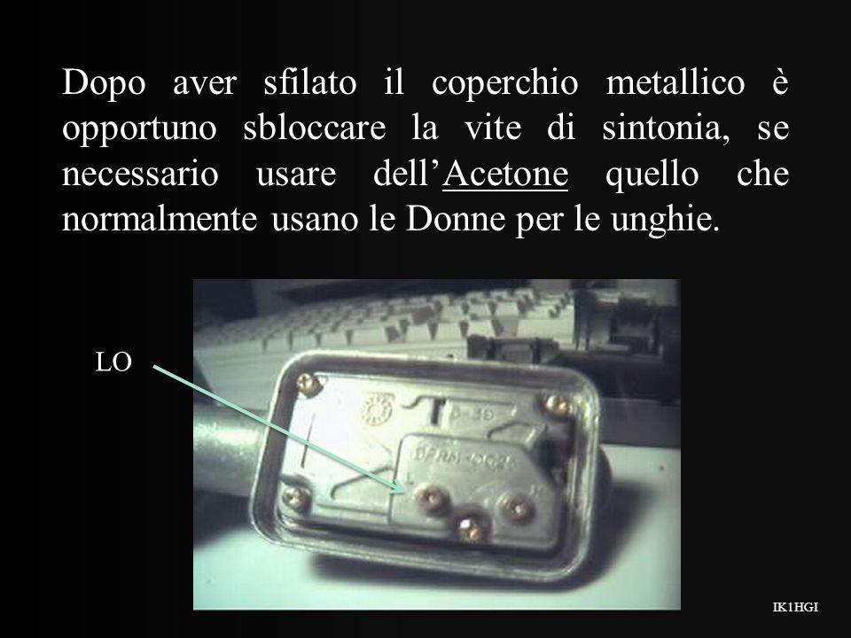 Dopo aver sfilato il coperchio metallico è opportuno sbloccare la vite di sintonia, se necessario usare dell'Acetone quello che normalmente usano le Donne per le unghie.