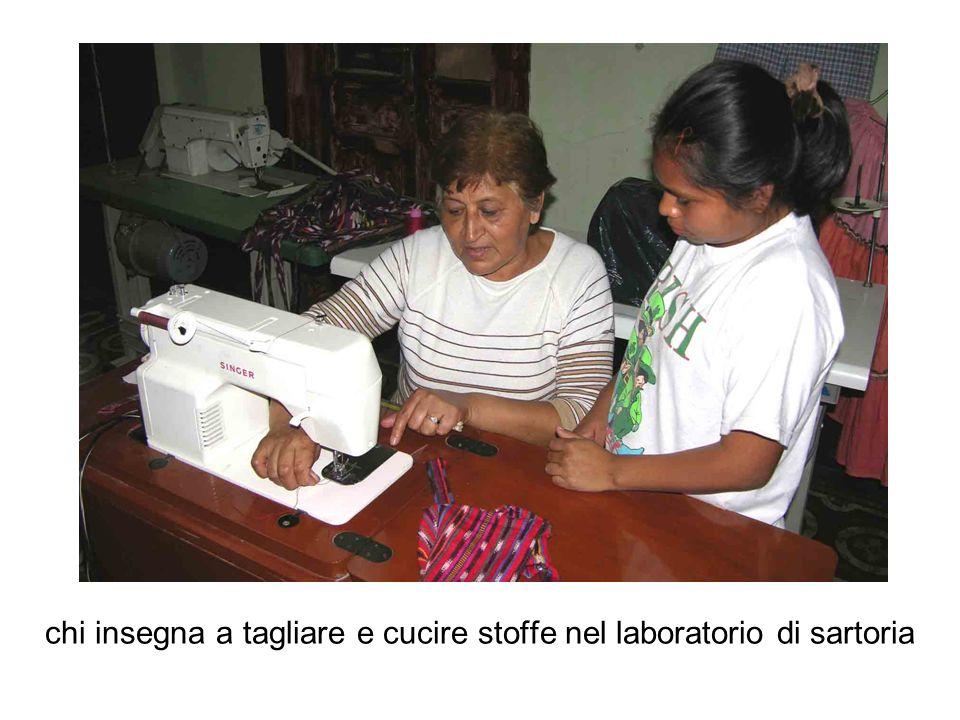 chi insegna a tagliare e cucire stoffe nel laboratorio di sartoria