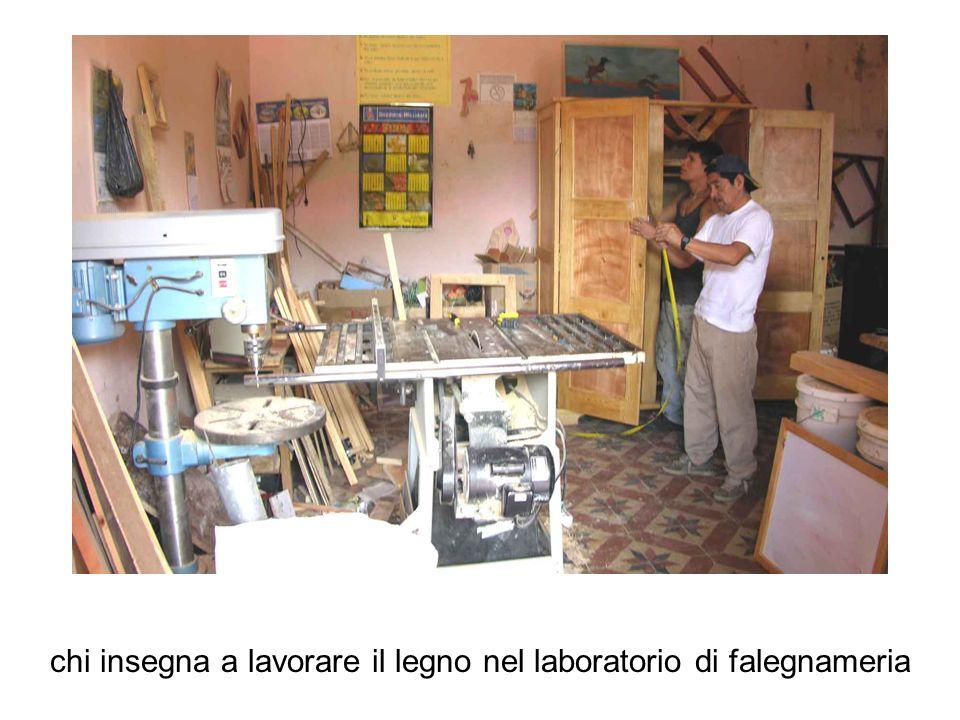 chi insegna a lavorare il legno nel laboratorio di falegnameria