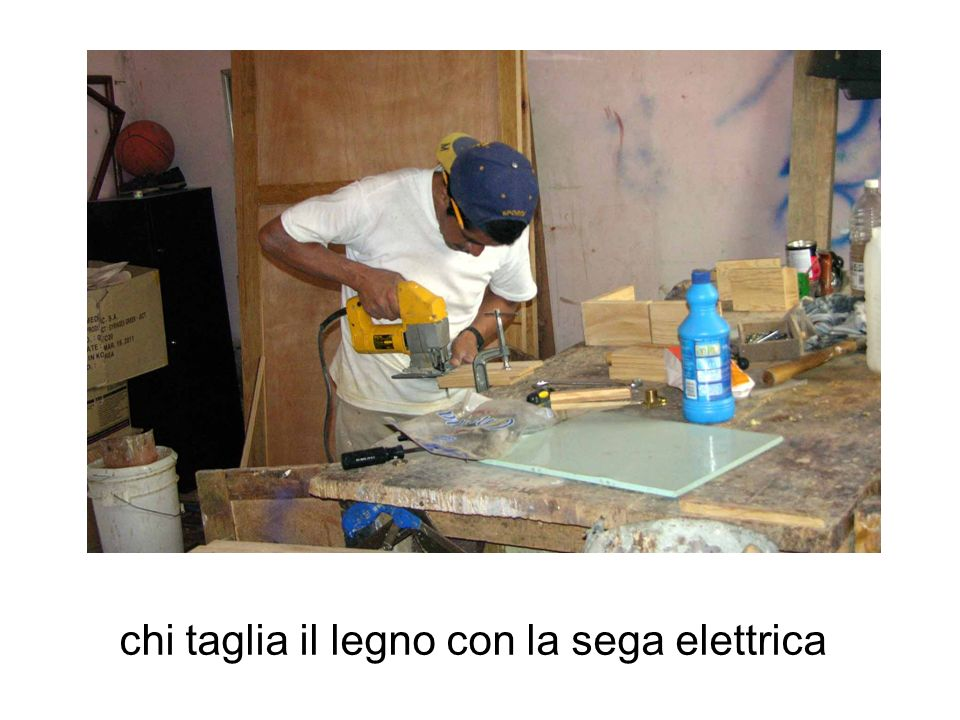 chi taglia il legno con la sega elettrica