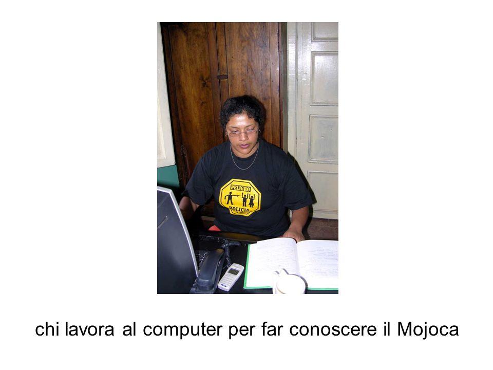 chi lavora al computer per far conoscere il Mojoca