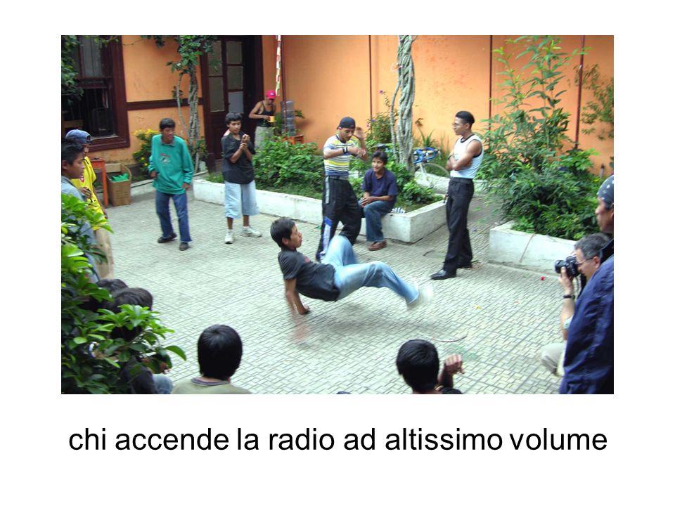 chi accende la radio ad altissimo volume