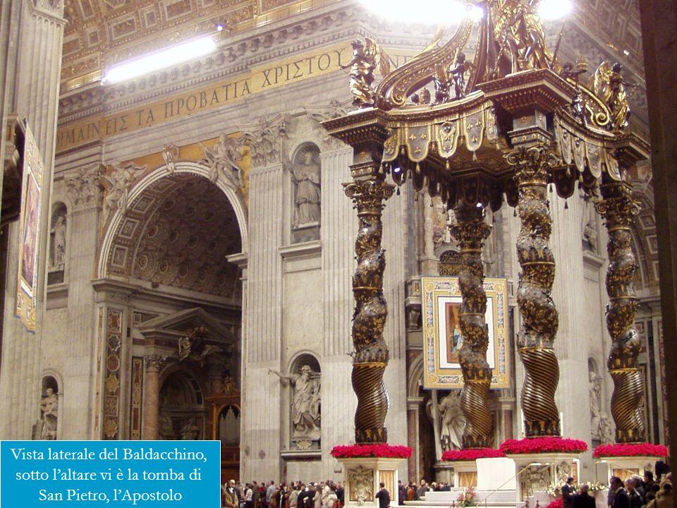 Vista laterale del Baldacchino, sotto l'altare vi è la tomba di
