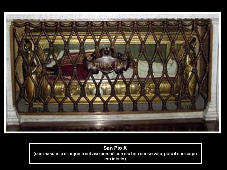 San Pío X (con maschera di argento sul viso perché non era ben conservato, però il suo corpo era intatto)