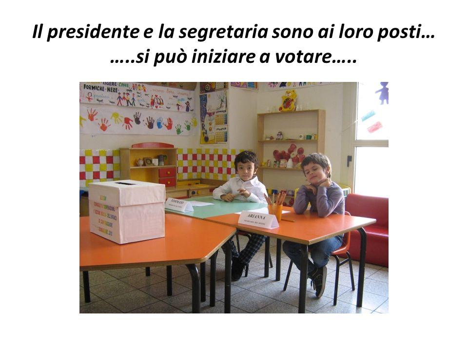 Il presidente e la segretaria sono ai loro posti… …