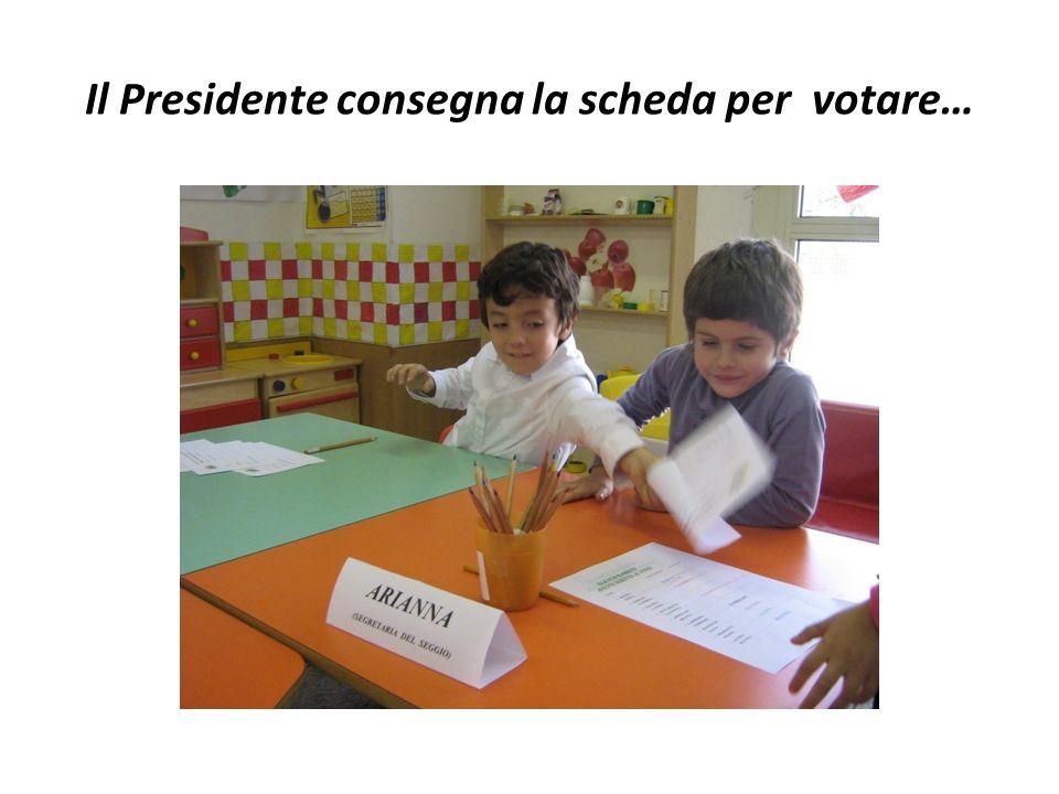 Il Presidente consegna la scheda per votare…