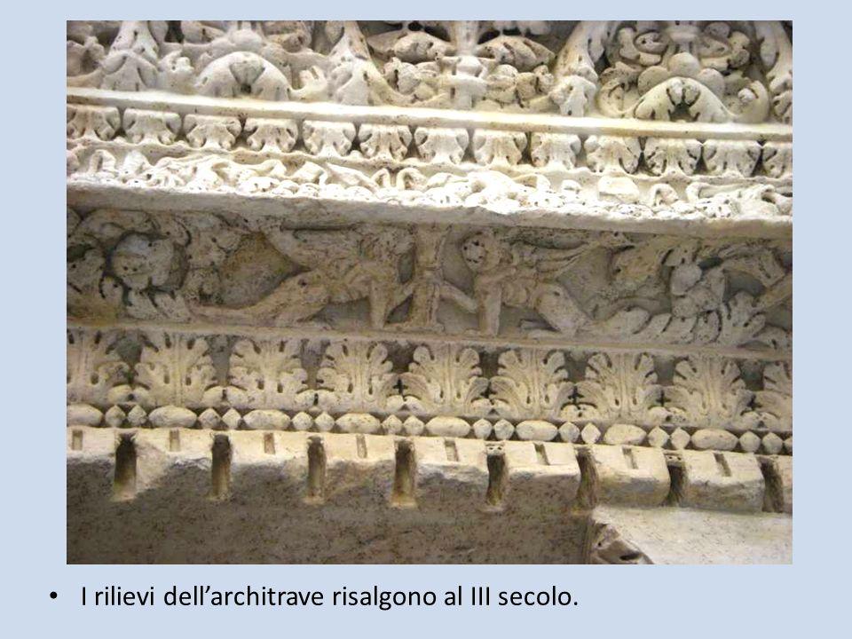 I rilievi dell'architrave risalgono al III secolo.