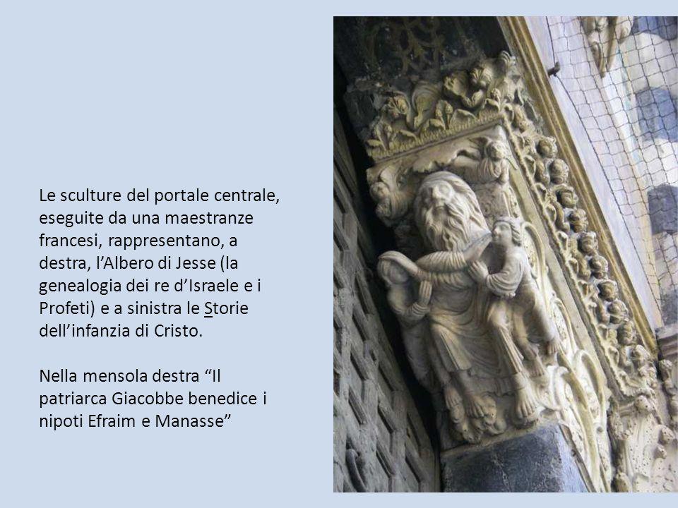 Le sculture del portale centrale, eseguite da una maestranze francesi, rappresentano, a destra, l'Albero di Jesse (la genealogia dei re d'Israele e i Profeti) e a sinistra le Storie dell'infanzia di Cristo.