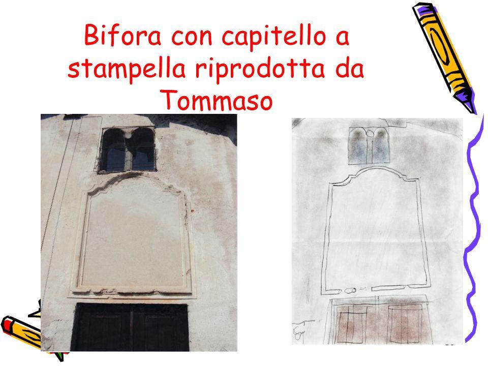 Bifora con capitello a stampella riprodotta da Tommaso
