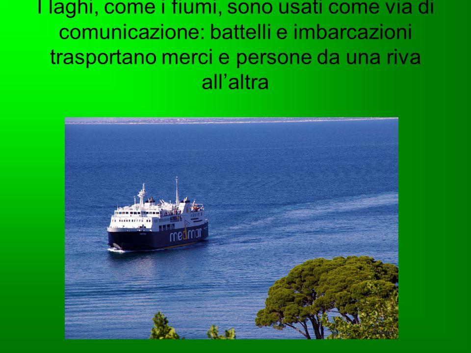 I laghi, come i fiumi, sono usati come via di comunicazione: battelli e imbarcazioni trasportano merci e persone da una riva all'altra