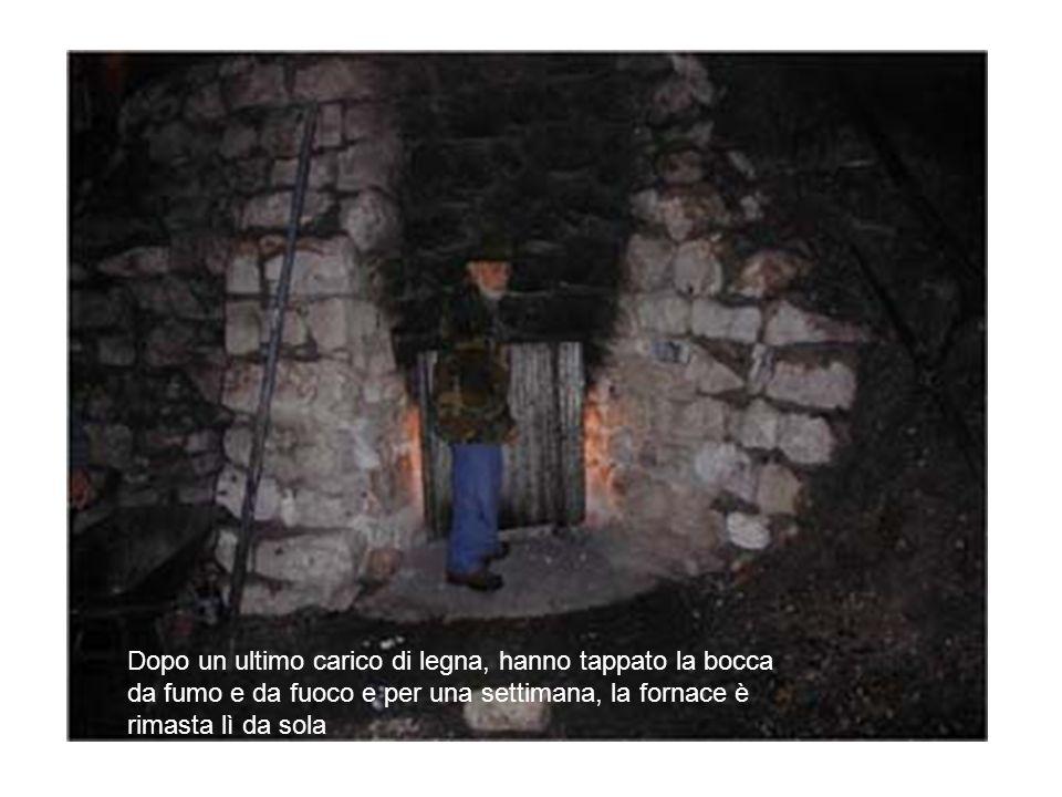 Dopo un ultimo carico di legna, hanno tappato la bocca da fumo e da fuoco e per una settimana, la fornace è rimasta lì da sola