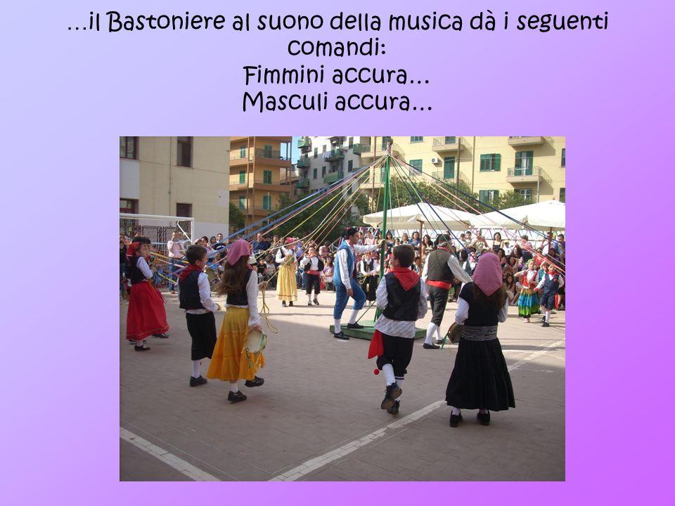 …il Bastoniere al suono della musica dà i seguenti comandi: Fimmini accura… Masculi accura…