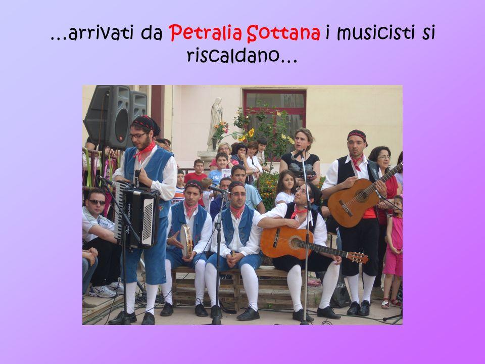 …arrivati da Petralia Sottana i musicisti si riscaldano…