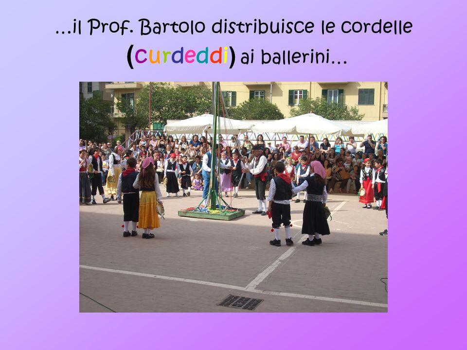 …il Prof. Bartolo distribuisce le cordelle (curdeddi) ai ballerini…
