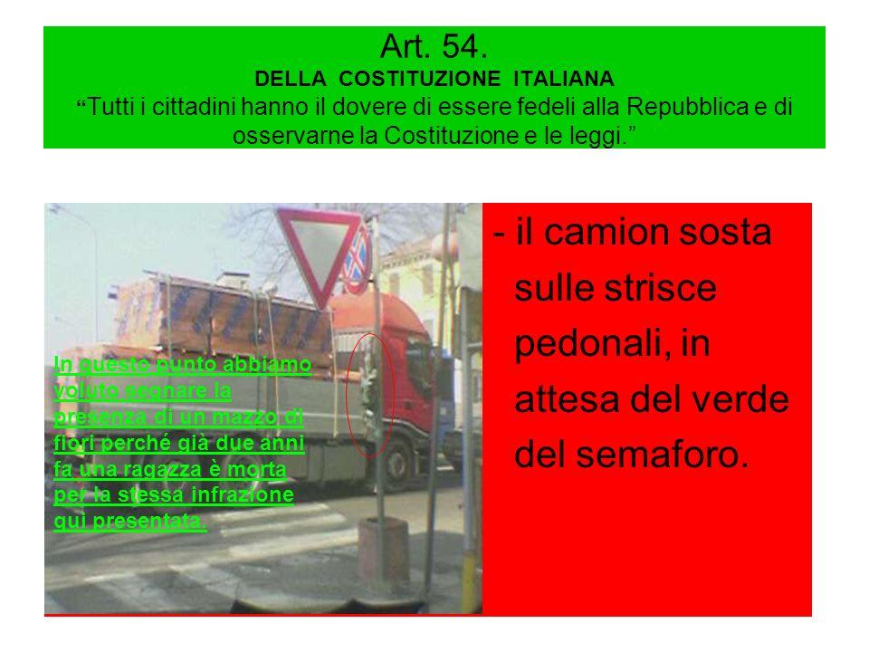 - il camion sosta sulle strisce pedonali, in attesa del verde