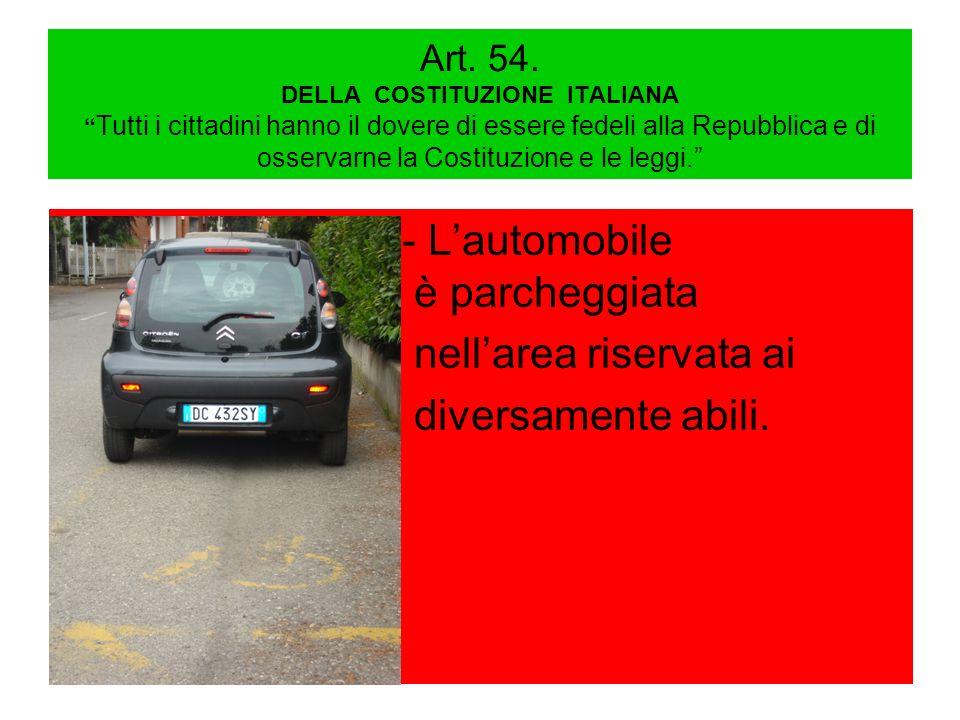 - L'automobile foto è parcheggiata nell'area riservata ai