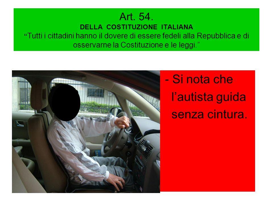 - Si nota che l'autista guida senza cintura.