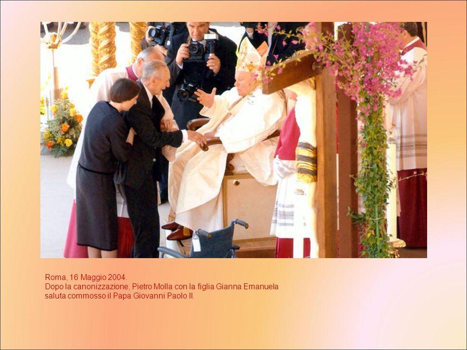 Roma, 16 Maggio 2004. Dopo la canonizzazione, Pietro Molla con la figlia Gianna Emanuela saluta commosso il Papa Giovanni Paolo II.