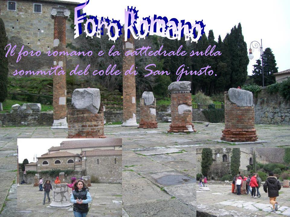 Il foro romano e la cattedrale sulla sommità del colle di San Giusto.