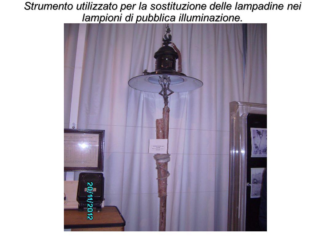 Strumento utilizzato per la sostituzione delle lampadine nei lampioni di pubblica illuminazione.
