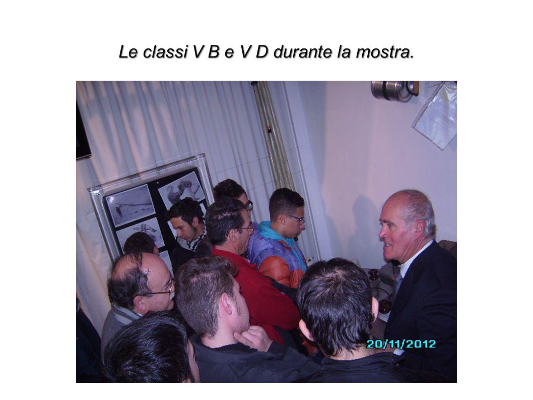 Le classi V B e V D durante la mostra.