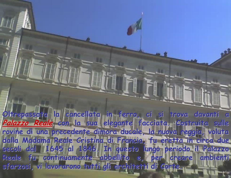 Oltrepassata la cancellata in ferro, ci si trova davanti a Palazzo Reale con la sua elegante facciata.