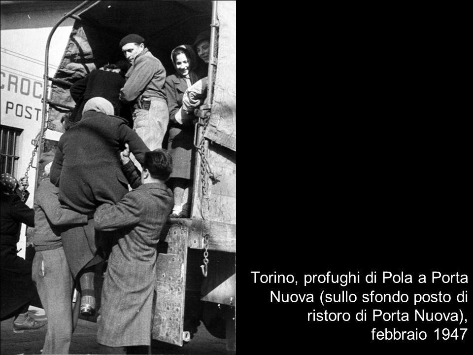 Torino, profughi di Pola a Porta Nuova (sullo sfondo posto di ristoro di Porta Nuova), febbraio 1947