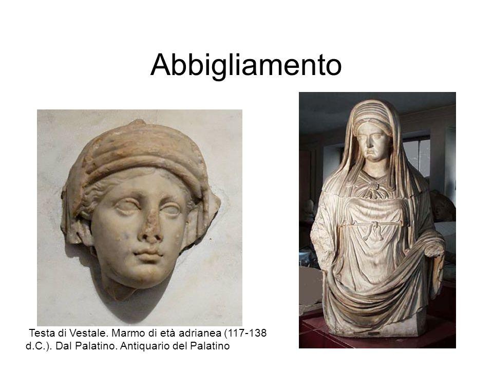 Abbigliamento Testa di Vestale. Marmo di età adrianea (117-138 d.C.).