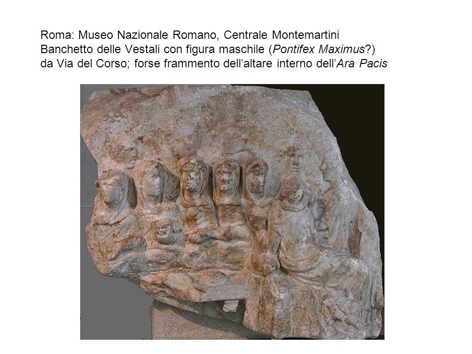 Roma: Museo Nazionale Romano, Centrale Montemartini Banchetto delle Vestali con figura maschile (Pontifex Maximus ) da Via del Corso; forse frammento dell'altare interno dell'Ara Pacis