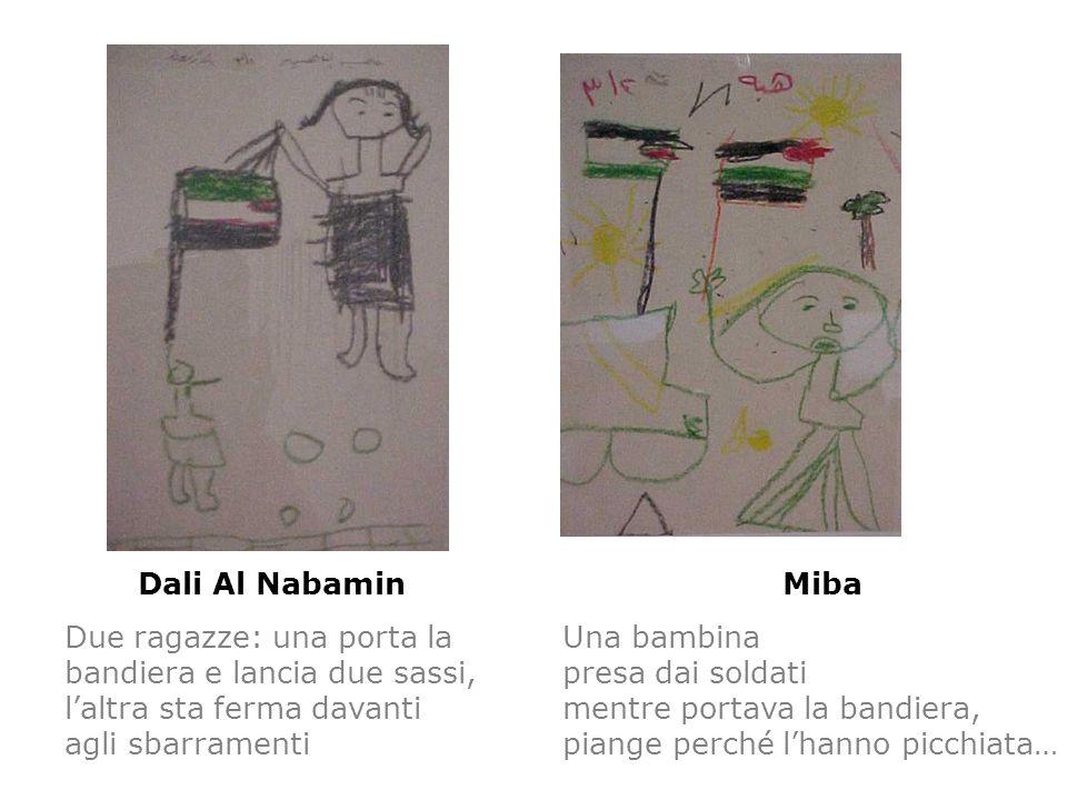 Dali Al Nabamin Due ragazze: una porta la bandiera e lancia due sassi, l'altra sta ferma davanti agli sbarramenti.