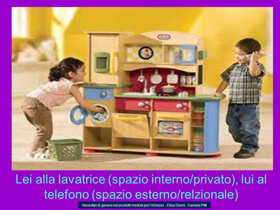 Lei alla lavatrice (spazio interno/privato), lui al telefono (spazio esterno/relzionale)