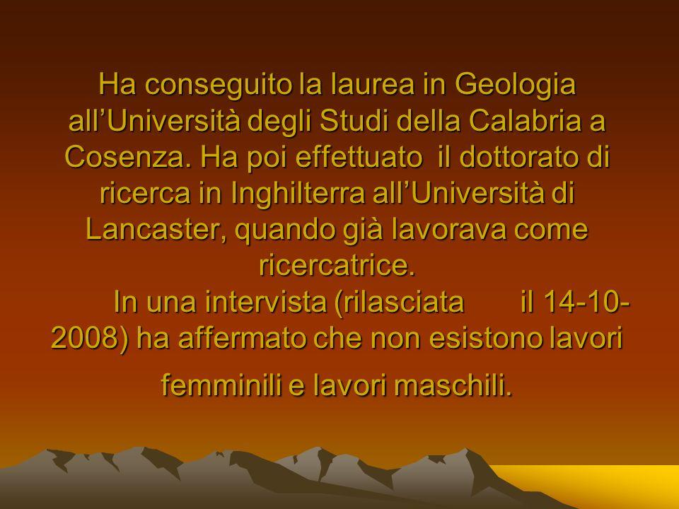 Ha conseguito la laurea in Geologia all'Università degli Studi della Calabria a Cosenza.