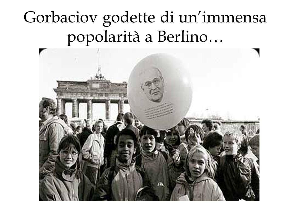 Gorbaciov godette di un'immensa popolarità a Berlino…