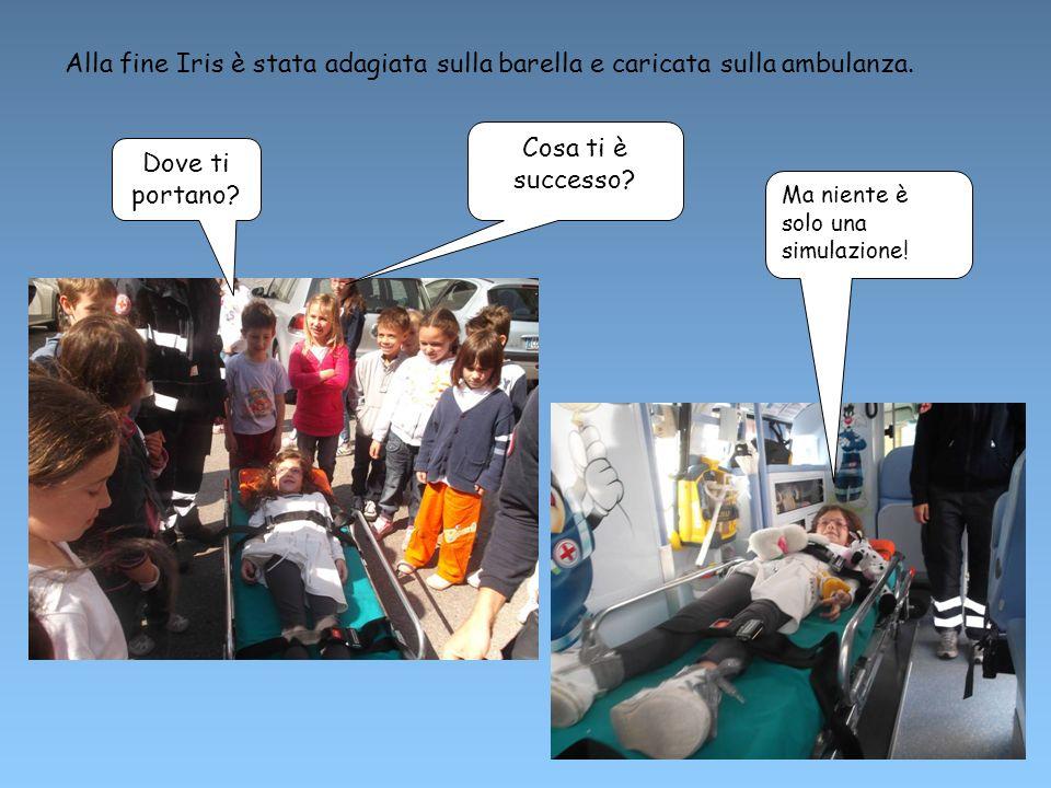 Alla fine Iris è stata adagiata sulla barella e caricata sulla ambulanza.