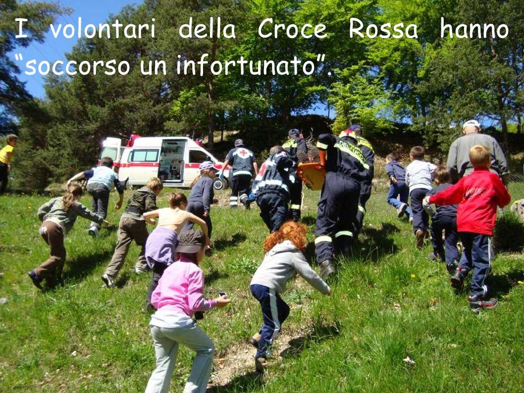 I volontari della Croce Rossa hanno soccorso un infortunato .