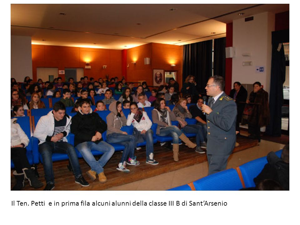 Il Ten. Petti e in prima fila alcuni alunni della classe III B di Sant'Arsenio