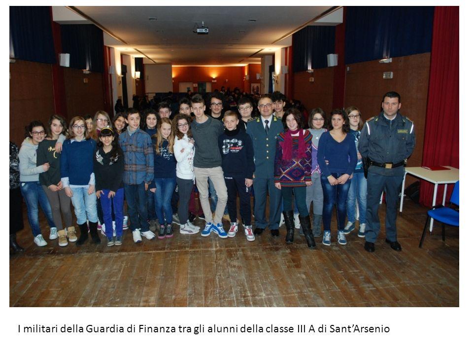 I militari della Guardia di Finanza tra gli alunni della classe III A di Sant'Arsenio